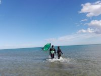 Caminando en el mar hacia el kite