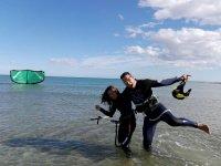 Con la alumna de kite en el agua