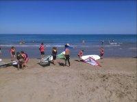 Alumnos de windsurf a la orilla del mar
