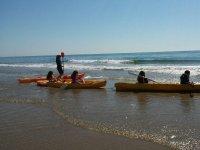 Alumnos distribuidos en kayaks