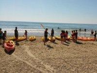 Distribuyendo el material de kayak