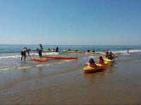 Esperando a los monitores de kayak en la arena