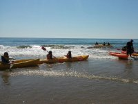 Kayaks hacia las olas