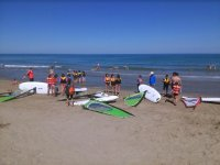 Preparando la leccion de windsurf en la arena