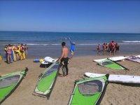 Velas de windsurf en la arena