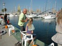 Pescando en el puerto