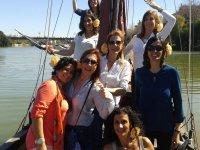 Chicas en el barco clasico en el Guadalquivir