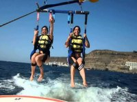 Due ragazze che volano in parapendio a Lanzarote