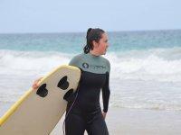 Cogiendo la tabla de surf