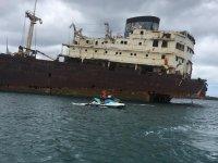 Jet ski accanto alla barca abbandonata