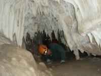 caminando por el interior de una gruta