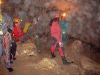 explorando el interior de una cueva