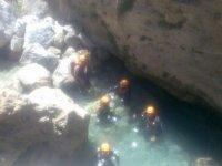 personas en el agua mientras practican barranquismo