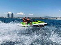 在巴塞罗那海岸滑水橇上