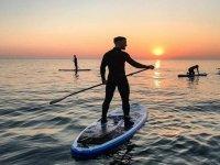 日落时划桨冲浪的路线