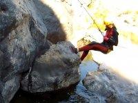 Apoyando los pies en la roca