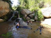 Tumbados en una zona tranquila del rio