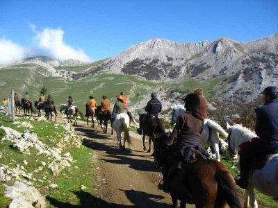 骑马穿过山区1小时