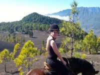 A caballo con el volcan de fondo