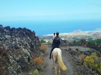A caballo con vistas al mar