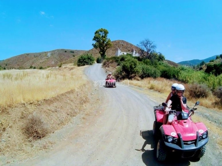 Siguiendo el camino sin asfaltar en quad
