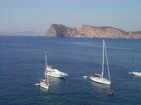Embarcaciones junto a la costa
