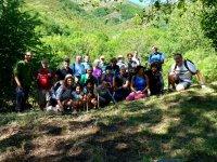 一群游客在山上
