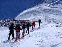 Itinerario ascendente con raquetas de nieve