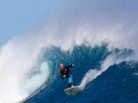 en la ola haciendo kite