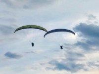 Parapentes volando al unísono