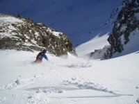 滑雪场滑行在雪地