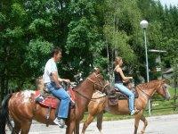 Pareja sobre los caballos