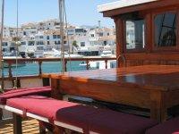 Mesa y bancos en el barco