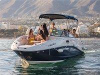 Disfrutando con los amigos de un paseo en barco