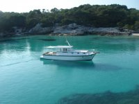 Navega sobre el mar transparente