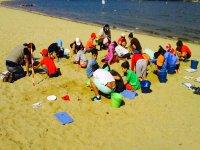 Jugando con la arena de la playa