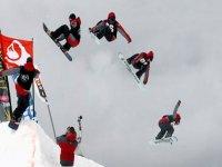 白天2小时,内华达山脉滑雪板滑雪跳跃的