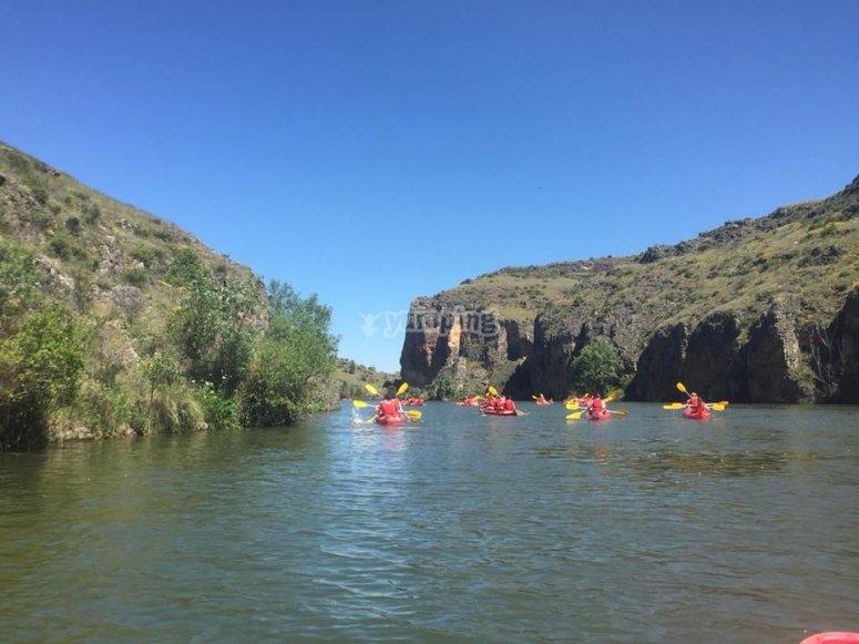 navegando en canoa por el rio