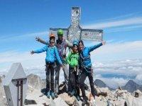 Familia escalando pico Aneto Pirineos