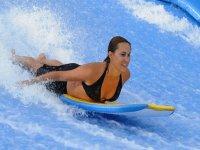 Chica en la ola artificial