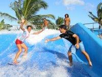 Tendiendo la mano a la surfista