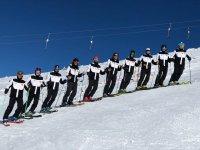 Equipo de esquí preparado para la clase