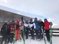 Grupo de amigos con los equipos de esquí
