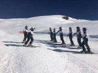 Junto a los monitores aprendiendo técnicas de esquí