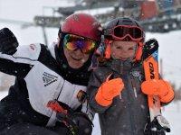 Junto al pequeño gran esquiador