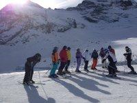 Atendiendo a las explicaciones del monitor de esquí de fondo