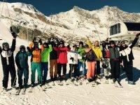 Grupo de amigos con los equipos de esquí de fondo