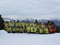 Deporte en grupo sobre nieve