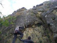 协助攀岩学生