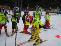 为小孩们滑雪